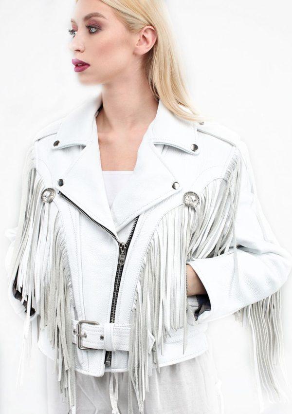 белая кожаная куртка с бахромой